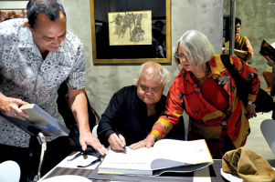 Khalil-Ibrahim-signing-a-book-for-Omar-Ariffin