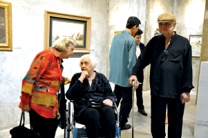 Khalil-Ibrahim-and-guests-in-conversation-and-admiring-the-artworks